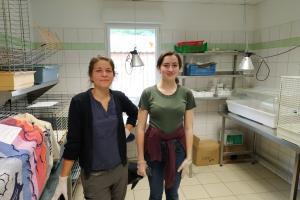 Morgane et Capucine, volontaires au refuge de l'Arche